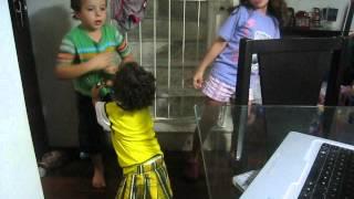 Criançada dançando Mexe Mexe do carrossel