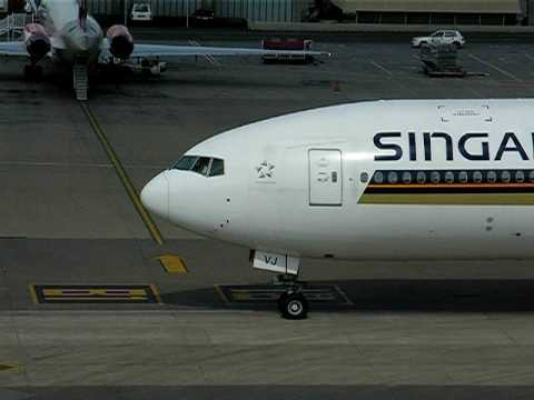 Johannesburg OR Tambo Intl. Airport – Boeing 777-200ER (Singapore Airlines)