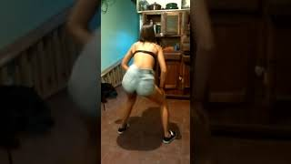 Chica bailando musica brasilera