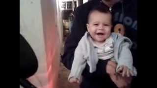 Bebê rindo com o barulho da buzina da moto