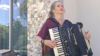 Bia Socek tocando HINO NACIONAL BRASILEIRO no acordeon