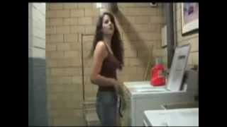 Mulher tira a roupa na lavanderia é deixa os homens de pau duro