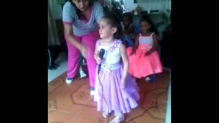 Niña cantando cuando sea grande
