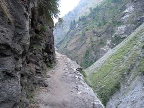 Annapurna Circuit – narrow trail near Dharapani