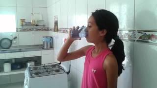 Maria Alice💝 enchendo copo d'agua