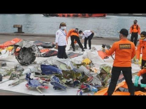 Indonesia reanuda búsqueda de restos del avión accidentado con 62 ocupantes