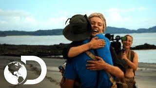 El grupo de hombres y mujeres se unen | En la Isla con Bear Grylls | Discovery LatinoAmérica