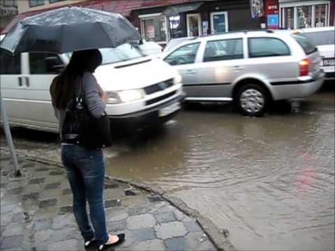У Чернівцях знову злива: провулок Ентузіастів вкотре затопило