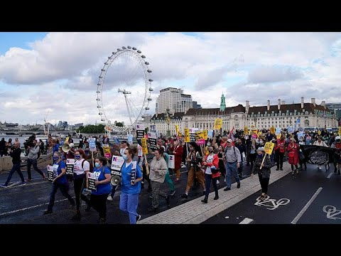 Londonban is tüntettek az egészségügyi szakdolgozók