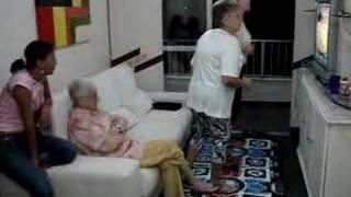 Minha sogra mostra toda graça ao Dançar com a ajuda da vó!