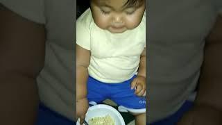 Bayi makan mie