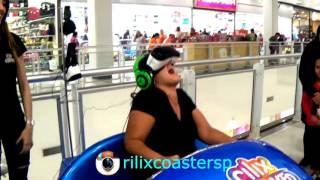 Mulher grita em simulador de montanha russa