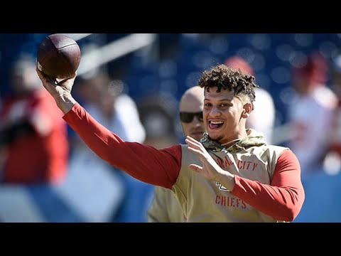 Chiefs quarterback Patrick Mahomes gets ready to face the Titans