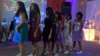 Coreografía con las amigas y primas de la Quinceañera