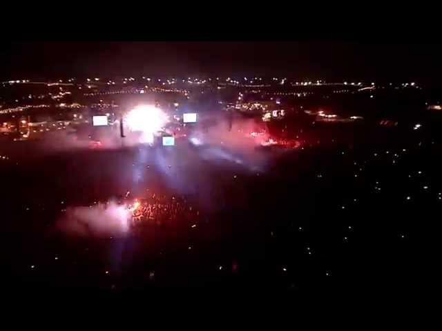 """Video de Arctic Monkeys cantando """"I bet that you look good on the dancefloor"""" en concierto en el festival Glastonbury 2013"""