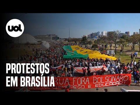 Manifestantes e população indígena vão às ruas contra o presidente Bolsonaro na capital do país