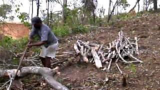 Vovô cortando lenha
