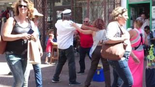 Греки у магазина в Тель-Авиве поют под бузуки