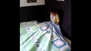 mi  sobrino  zamir asiendo la  cama  jajja   te   amo   sobrino  :)