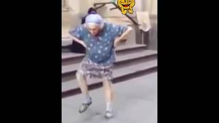 Velhinha dançando árabe
