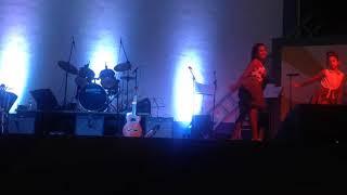 Meninas atrazão no palco. Meninas de 10 anos