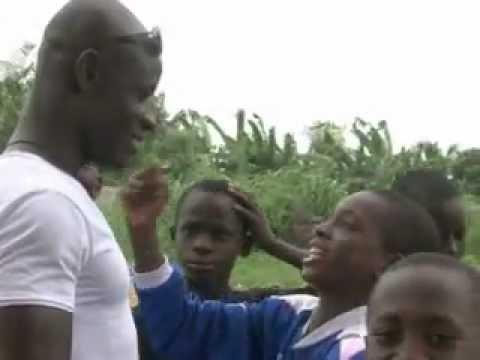 Abidjan: apprendre le foot à condition de travailler à l'école