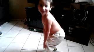 criança de 2 anos Dando um show no funk