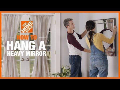 Ba chiếc gương trang trí treo trên tường phòng khách.