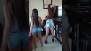 Novinhas dançando funk com shortinho socado