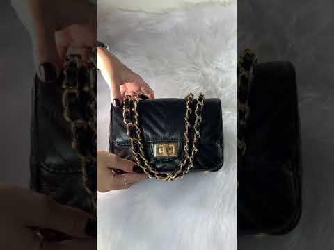 BOLSA VERSALHES PEQUENA Bolsa de corrente em couro legítimo preta com metais dourados matelassê chevron