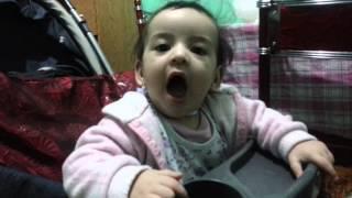 Reacción de bebé frente a un secador de pelo! XD