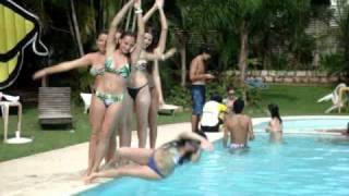 Pulo na piscina das meninas