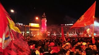 Adeptos do Benfica cantam bailando no Marquês de Pombal | Tricampeões | 35