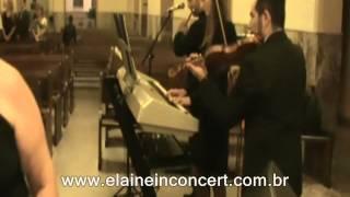 """Elaine in Concert executando a música """"Ninguém te ama como eu""""."""