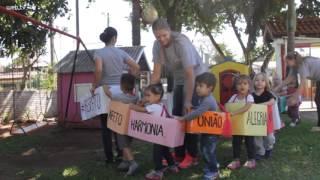 Crianças fazem 'trenzinho do afeto' e vídeo viraliza na internet