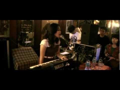 white-shoes-the-couples-company-matahari-live-at-jaya-pub-famosando