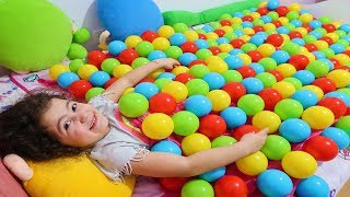 ELİF ÖYKÜYE MASAL TOP YORGANI ŞAKASI YAPTI - Sister made Colorful Ball Blanket Joke Funny Kid Videos