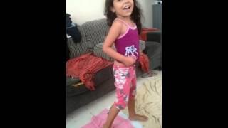 Lulu lindaaa..tentando dança a música do traaa kkk