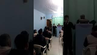 O evagelista está cantando na igreja Deus é amor corinho forte
