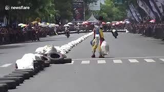 Lo fanno cadere durante una gara di moto ma lui si prende la rivincita