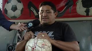 Costurar bolas de futebol: Trabalho de pai para filho