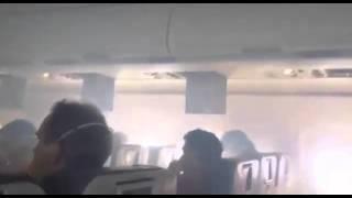 Fumaça invade cabine de avião após problema no motor