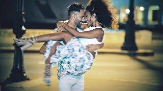 Salsa sensual nocturna en La Habana, Cuba