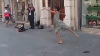 Bailarina de Palestina no puede resistir la música de un violinista callejero en Italia...
