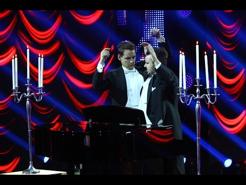 """Classical Brothers cântă la pian cu un """"instrument"""" mai puțin obișnuit la iUmor"""