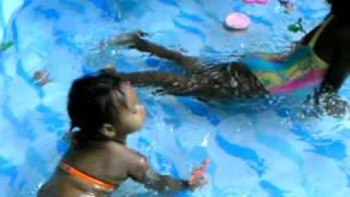 crianças tomando banho de piscina