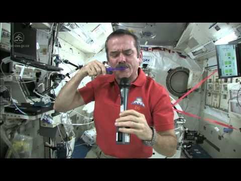 太空中如何刷牙?