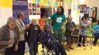 Gabriel O Pensador com idosos cantando a música 2345meia78