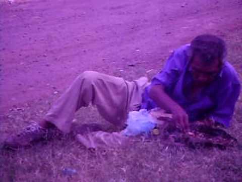 Un hombre gozando el nacatamal