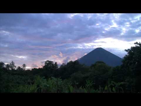 el atardecer y el volcan